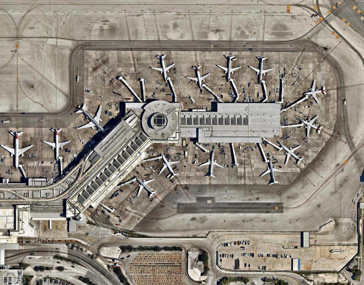 Lentoliikenteen kasvua rajoittavat pullonkaulat lentokentillä ja niiden välisessä ilmatilassa. Kesäkuussa tiedotettiin, että Miamin kansainvälistä lentokenttää Yhdysvalloissa aiotaan nykyaikaistaa miljardeilla dollareilla.