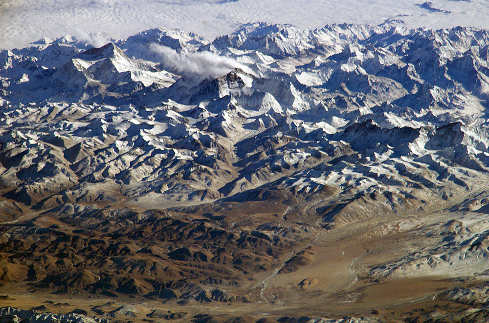Himalajan vuoristoa kuvattuna kansainväliseltä avaruusasemalta Tiibetin ylängön suunnalta.