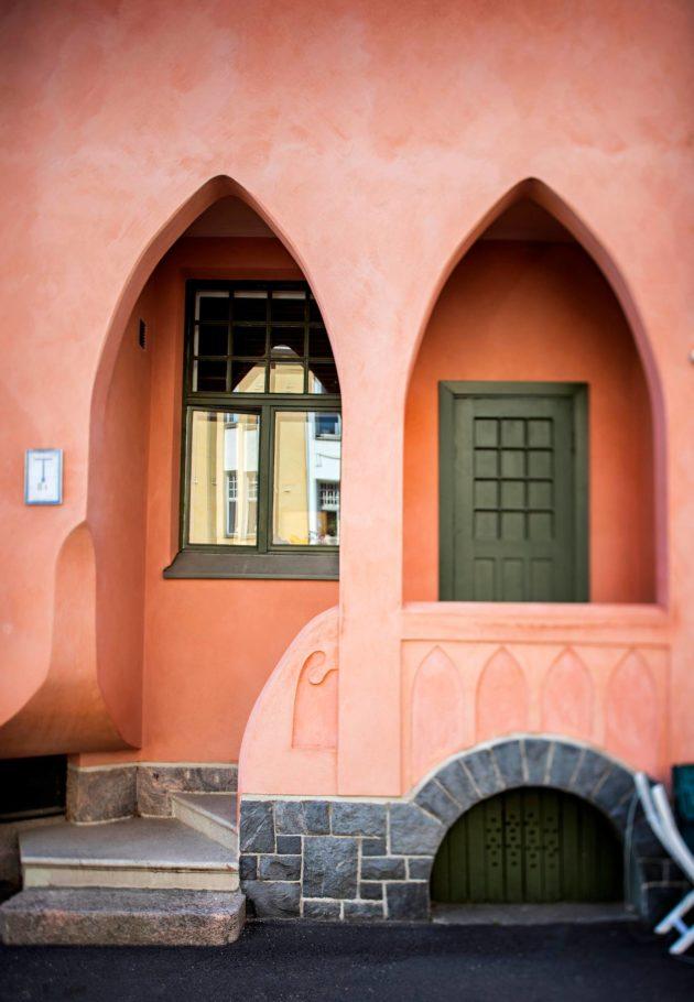 Ullanlinnan Huvilakadulla on sekä arkkitehtien että rakennusmestarien suunnittelemia taloja. Tyylien kirjavuudesta syytettiin rakennusmestareita. Huvilakatu 24:n Tenhola valmistui 1907. Sen piirsi rakennusmestari Juho Rinne.