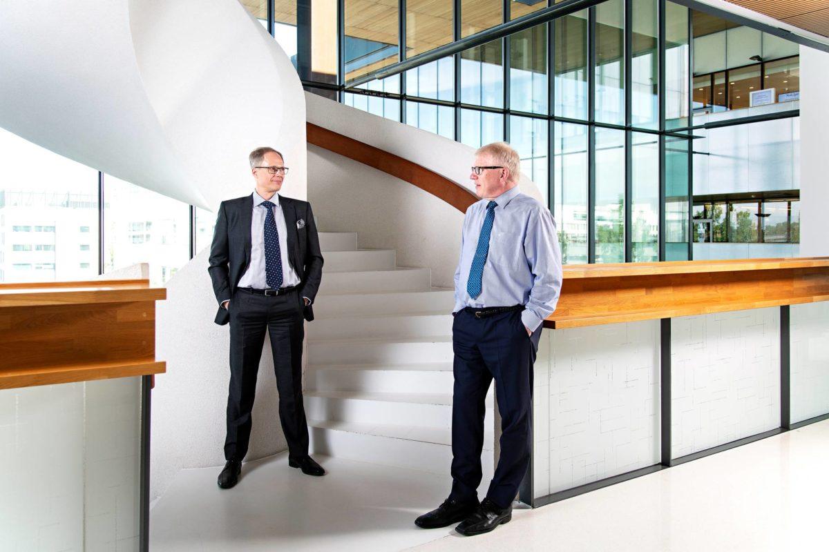Vuodesta 2013 Lähi-Tapiolaa johtanut Erkki Moisander (oik.) jää pääjohtajan tehtävistä eläkkeelle. Hänen seuraajansa Juha Koponen aloittaa 1. tammikuuta 2020.