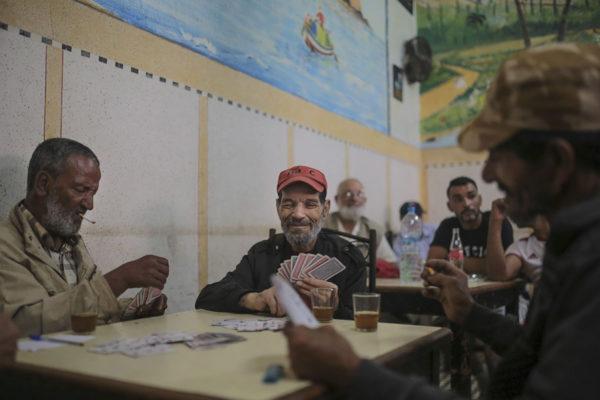 Marokkolaismiehet pelasivat korttia Salén kaupungissa pääkaupunki Rabatin lähistöllä 28. kesäkuuta 2019.