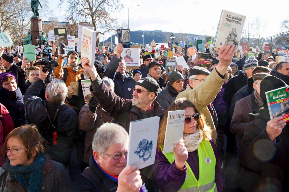 Mielenosoittajat kokoontuivat puolustamaan Unkarin Tiedeakatemiaa Budapestissa 12. helmikuuta.