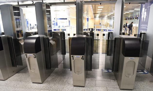 Automaattisia passintarkastuslaitteita. Kuvituskuva.