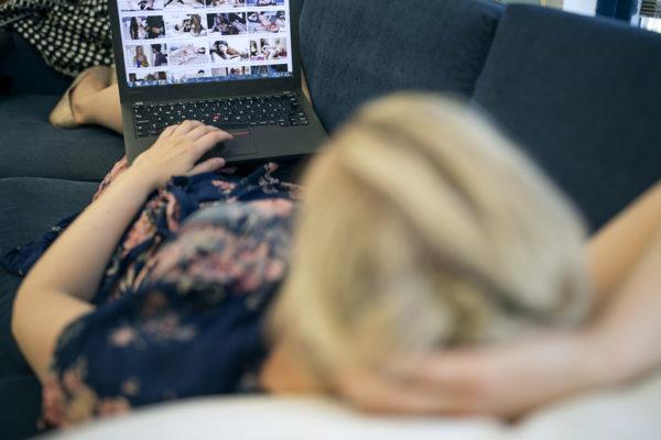 Naiset kokevat pornon katsomisen sosiaalisesti tuomittavampana kuin miehet.