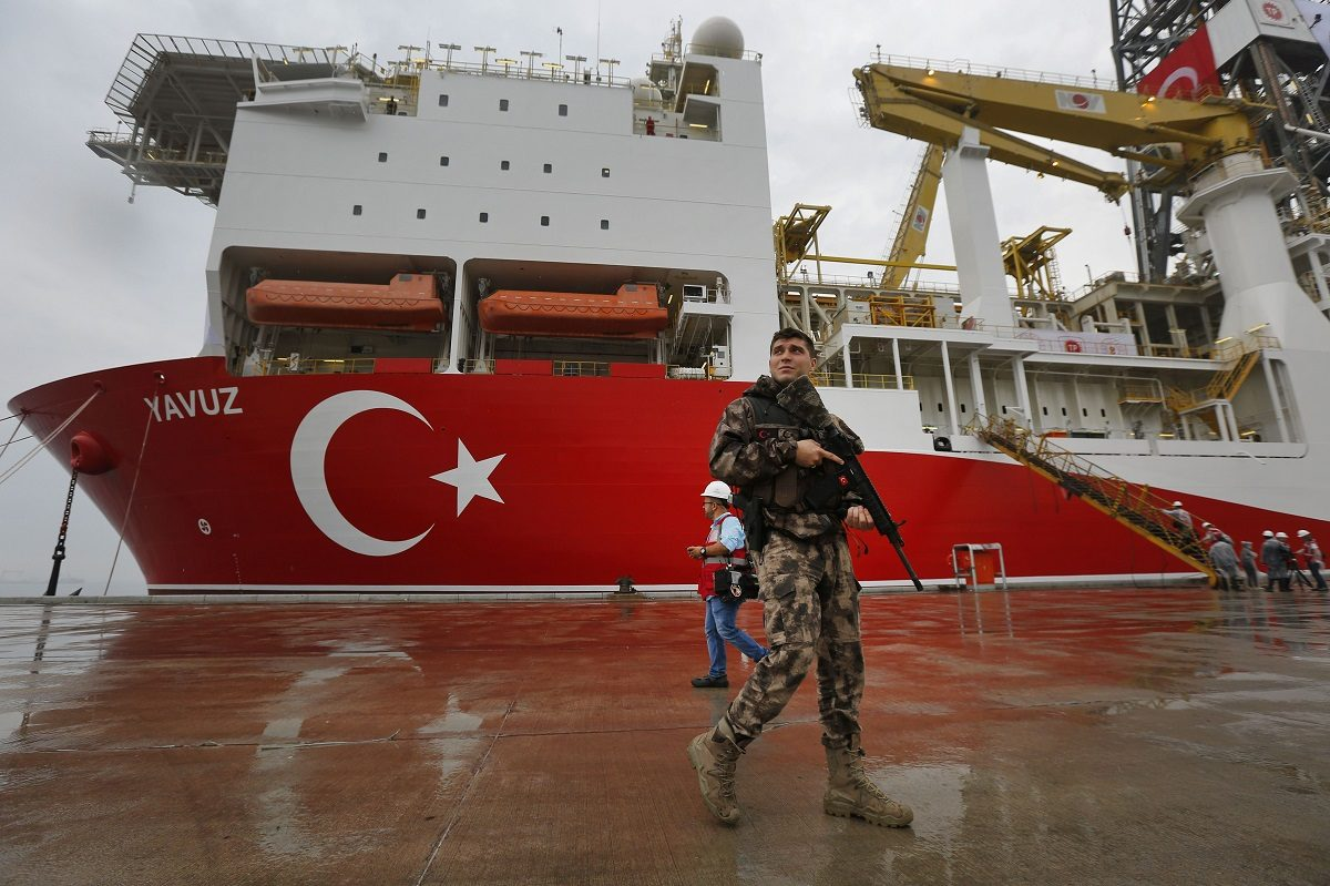 Turkkilainen poliisi oli vartiointitehtävissä 20. kesäkuuta Dilovasin satamassa porausalus Yavuzin edustalla.