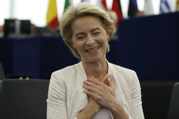 Komission puheenjohtajaksi valittu Ursula von der Leyen vaikutti silminnähden helpottuneelta Euroopan parlamentin äänestystuloksen selvittyä tiistaina 16. heinäkuuta 2019.