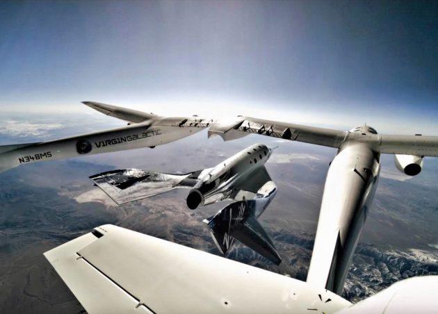 Virgin Galacticin SpaceShipTwo irtautuu White Knight Two -kuljetusaluksesta ja suuntaa avaruuden rajalle.
