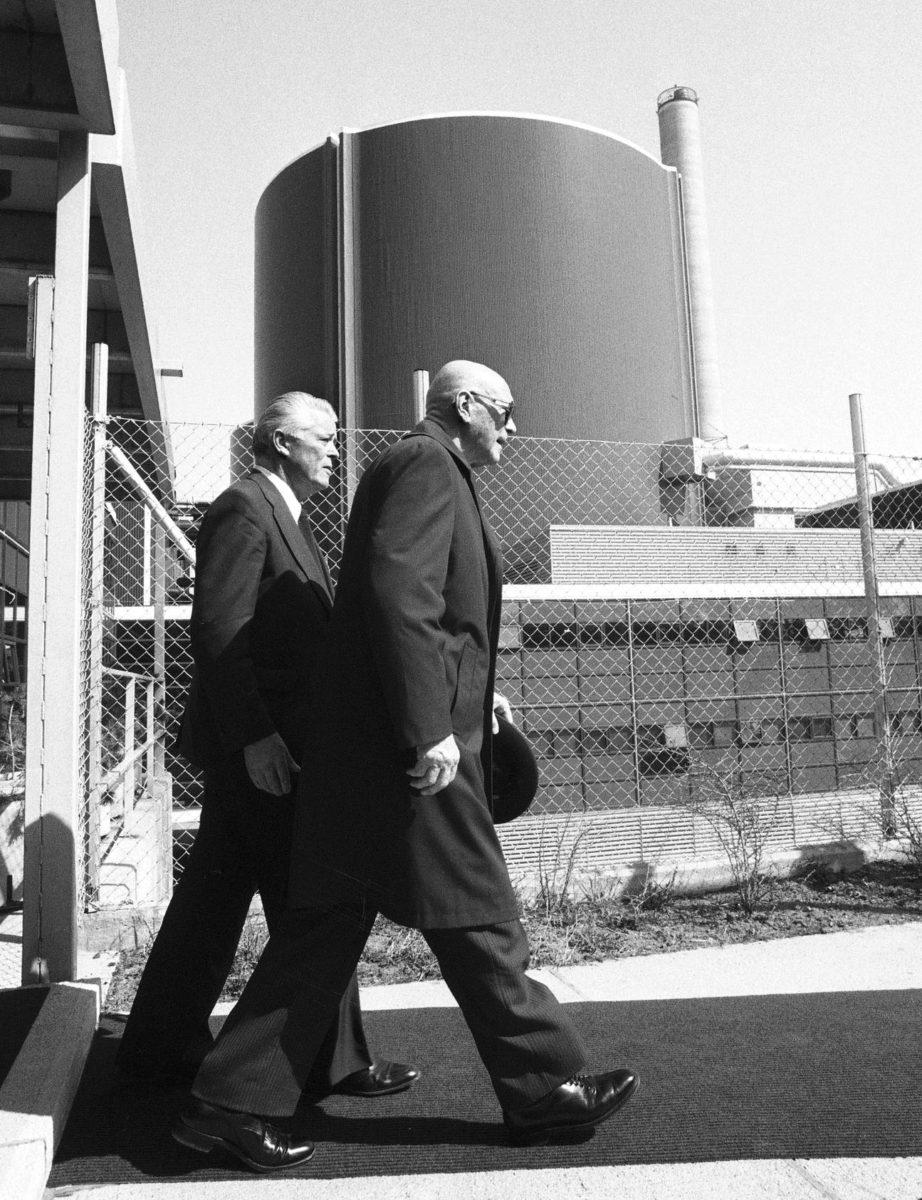 Urho Kekkonen saapui toukokuussa 1981 Loviisan ydinvoimalaan paljastamaan Suomen ja Neuvostoliiton ydinvoimayhteistyötä juhlistavaa reliefiä.