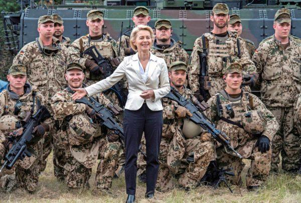 EU:n komission seuraava puheenjohtaja ja entinen puolustusministeri Ursula von der Leyen poseeraa sotilaiden keskellä Pohjois-Saksassa vuonna 2013.