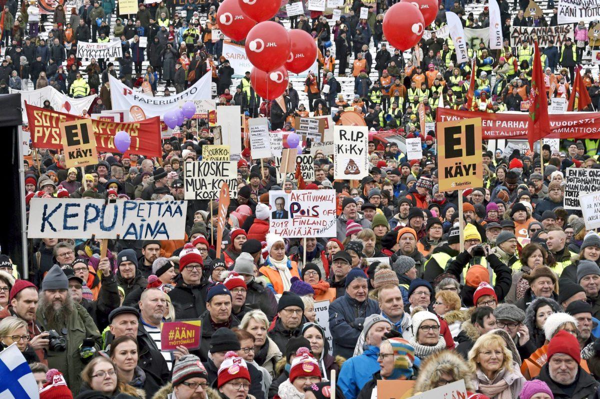 Sipilän hallituksen kehittämä aktiivimalli närkästyttää ammattiliittoja. Tuhansia mielenosoittajia kokoontui aktiivimallin vastaiseen mielenilmaukseen Senaatintorille 2. helmikuuta 2018.