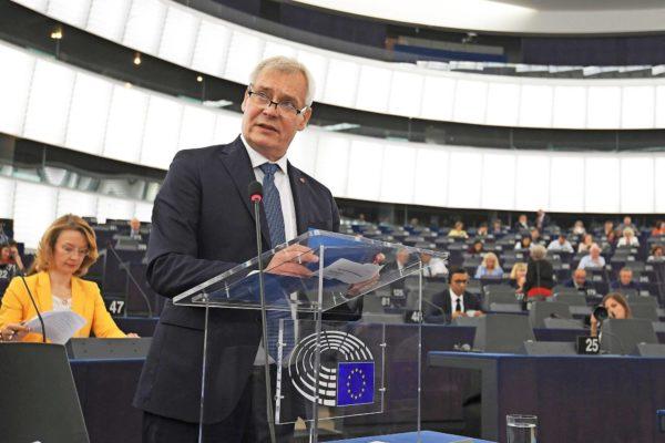 Pääministeri Antti Rinne korosti oikeusvaltiota puhuessaan Suomen EU-puheenjohtajakauden päämääristä Strasbourgissa 17. heinäkuuta. Vasemmalla Suomen eurooppaministeri Tytti Tuppurainen.
