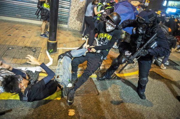 """Mielenosoittajat kamppailivat Hongkongissa 28. heinäkuuta. Mellakat ovat jatkuneet viikkoja, ja poliisin erikoisjoukot ovat saaneet lempinimen """"raptorit""""."""