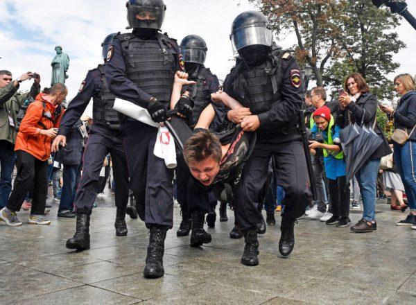 Mellakkapoliisit ottivat mielenosoittajan kiinni Moskovassa Puškinin aukiolla 3. elokuuta 2019.