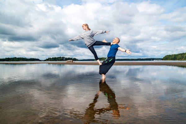 Moona Aho ja Hannu Koistinen akrojoogaavat Kallvikinlahdella Helsingissä. Koistinen aloitti lajin viisikymppisenä.