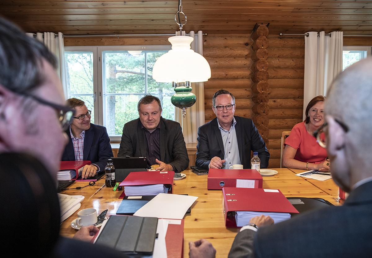 Erityisavustajat Jukka Ihanus (vas.) ja Markus Lahtinen sekä ministerit Mika Lintilä ja Sirpa Paatero Rajavartiolaitoksen entisessä tukikohdassa.