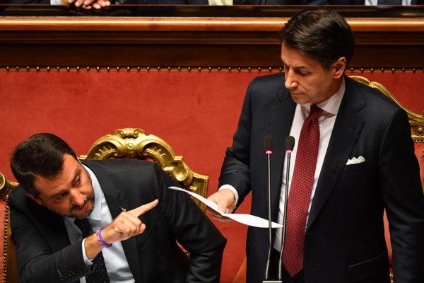 Italian pääministeri Giuseppe Conte (oik.) ilmoitti erostaan Italian parlamentissa 20. elokuuta ja haukkui samalla sisäministeri Matteo Salvinin (vas.) vastuuttomaksi.
