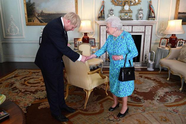 Kuningatar Elisabeth II pyysi konservatiivipuolueen puheenjohtajaksi valittua Boris Johnsonia muodostamaan hallituksen 24. heinäkuuta 2019.