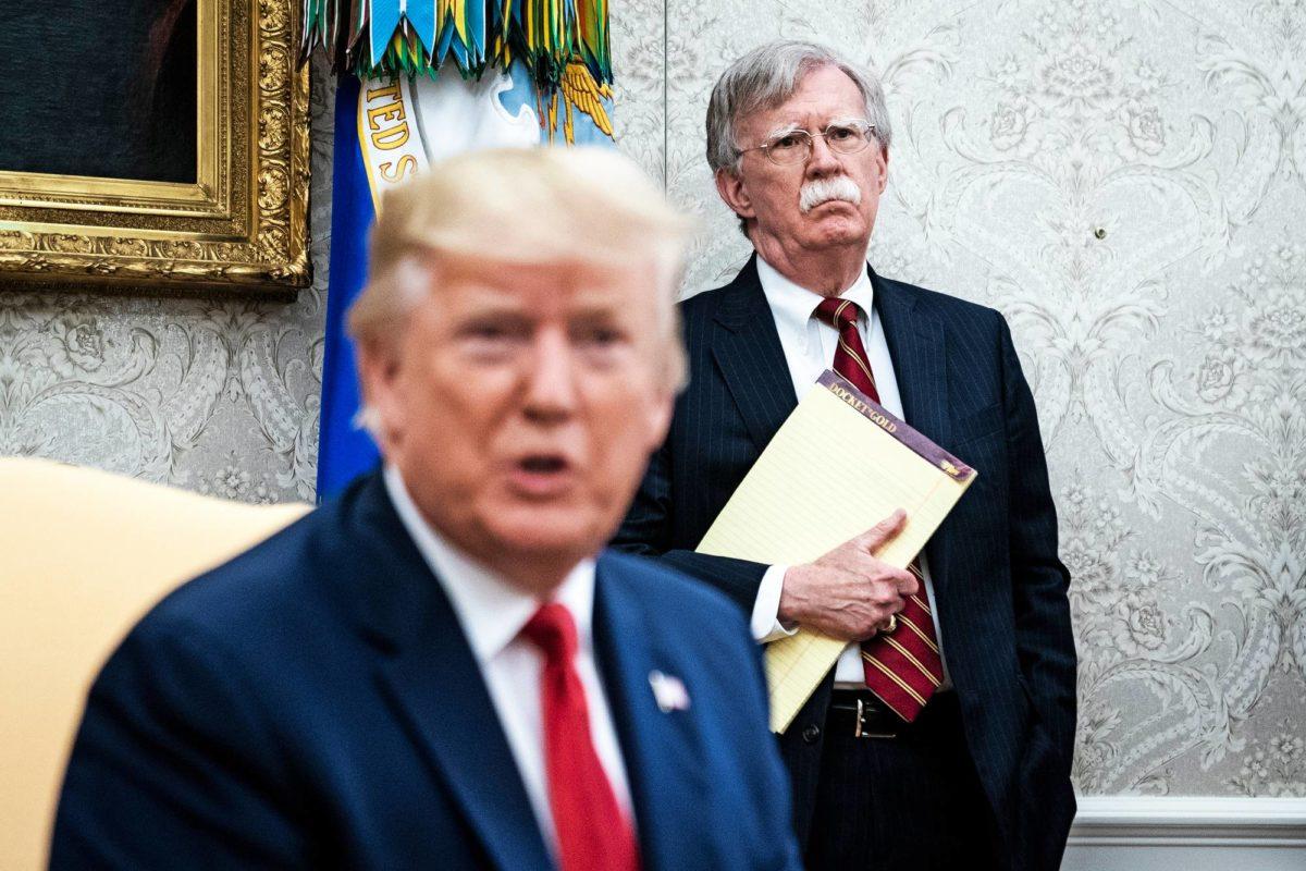 Turvallisuuspoliittinen asiantuntija John Bolton (oik.) seurasi Donald Trumpin tapaamista Hollannin pääministerin Mark Rutten kanssa 18. heinäkuuta.