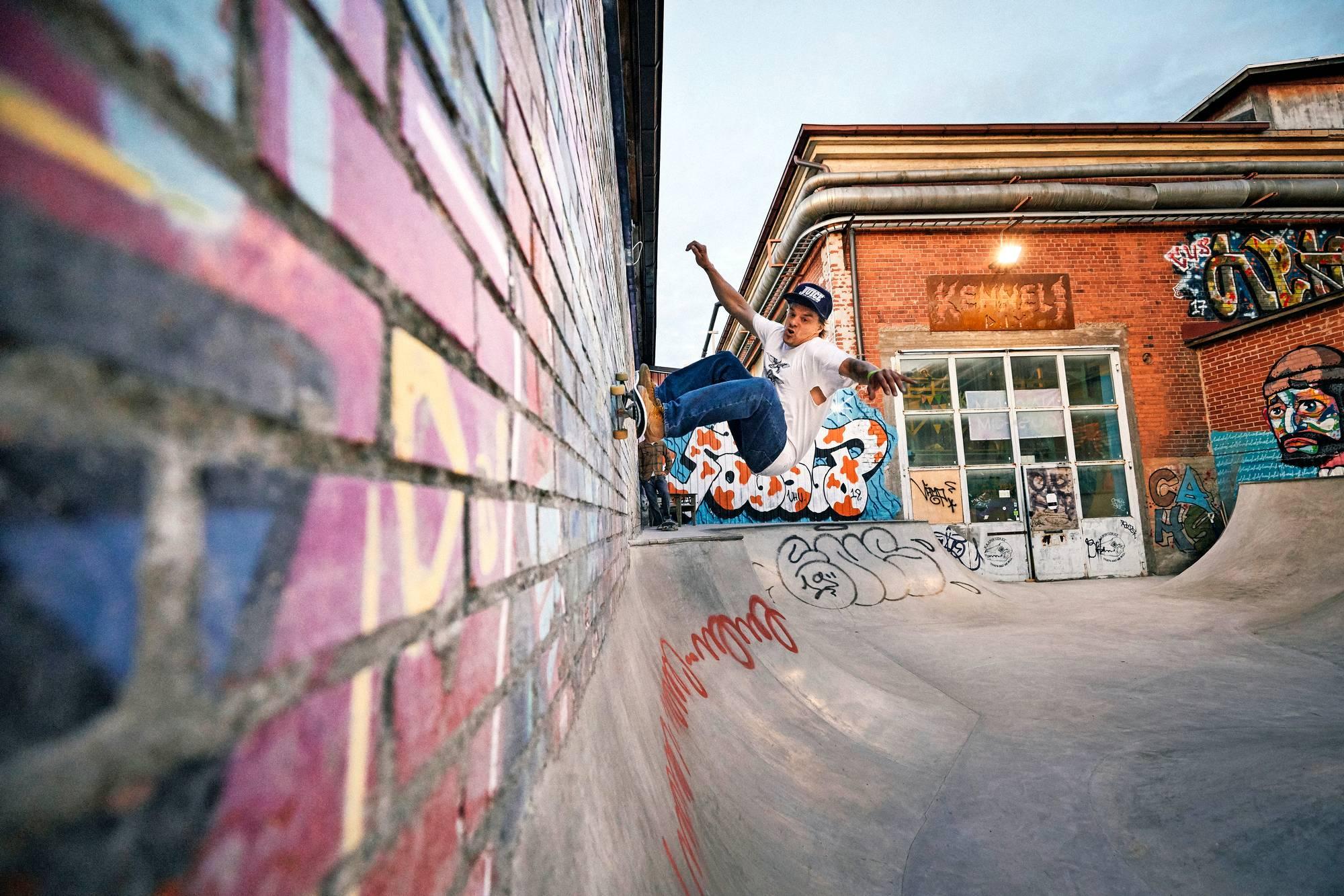 Tommi Matalamäki tekee wallriden seinää pitkin Kennelin ulkopoolissa.