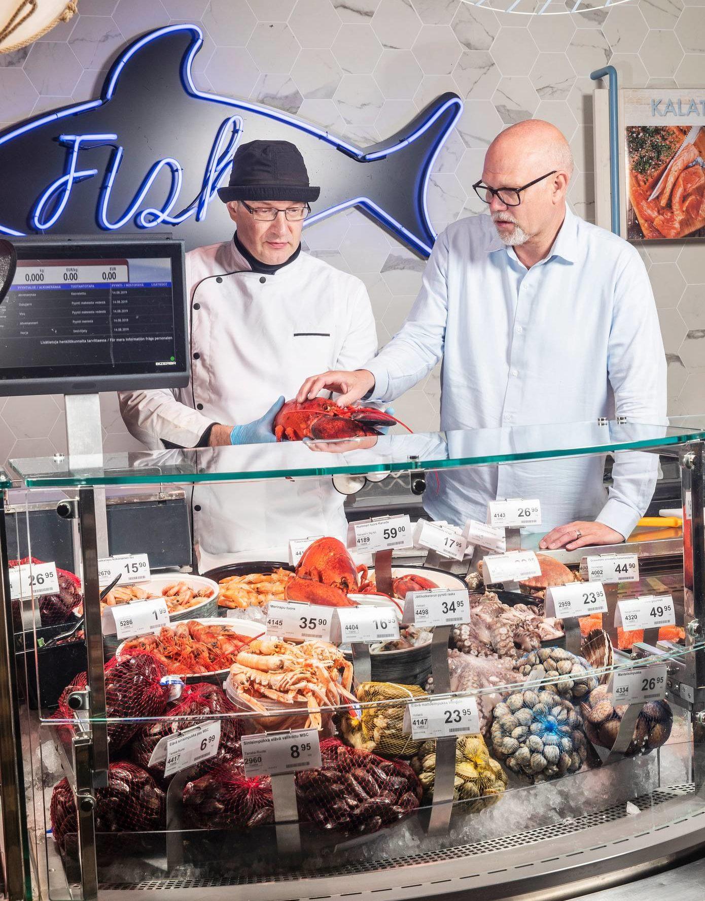 Tuomo Martiskainen (vas.) ja Markku Hautala tarkastelevat hummereita Järvenpään Citymarketin palvelutiskillä.