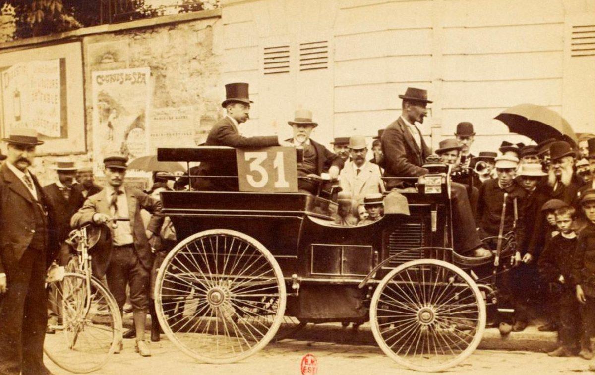 """Émile Kracutler ajoi """"Les fils de Peugeot Frères"""" -joukkueen kulkupeliä, joka oli varustettu bensiinimoottorilla."""