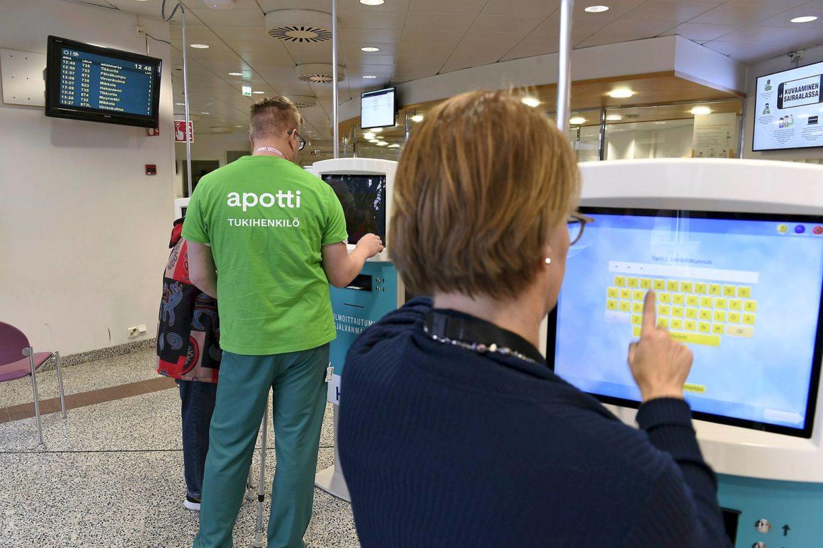 Husin väki vihreissä t-paidoissa avusti Apotin käytössä Peijaksen sairaalassa Vantaalla syksyllä 2018.