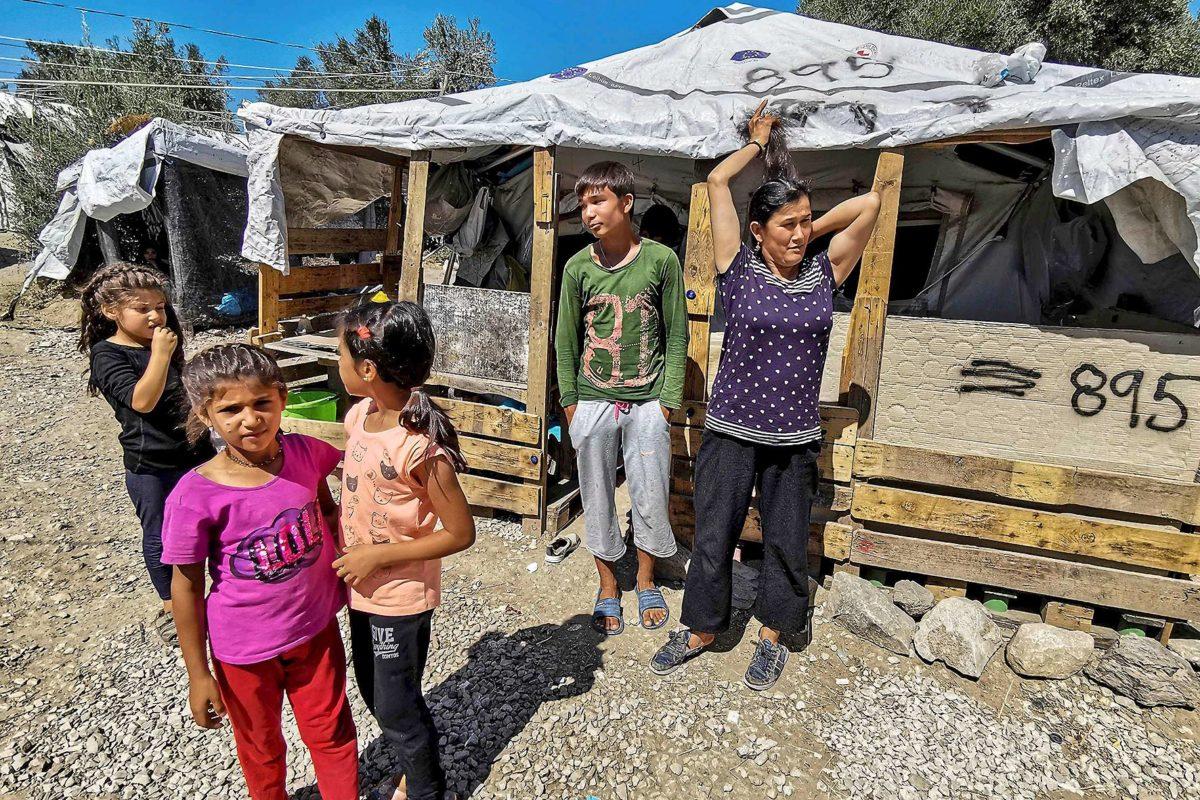 Pakolaisia Morian leirin ulkopuolella Kreikan Lesboksen saarella 30. elokuuta 2019.