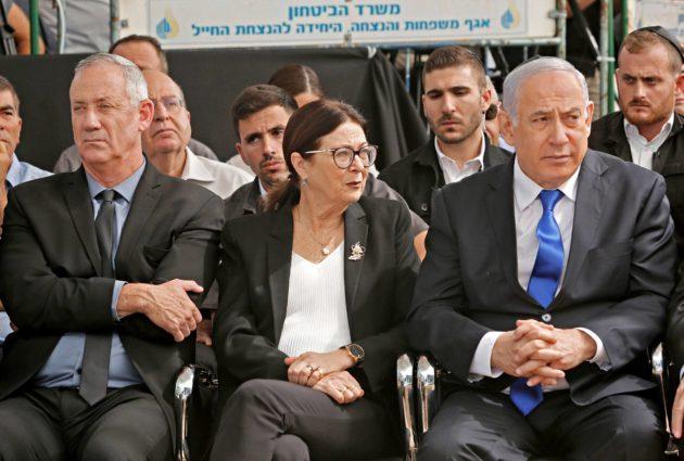 Israelin pääministeri Benjamin Netanjahu (oik.), korkeimman oikeuden presidentti Esther Hayut ja Sininen ja valkoinen -vaaliliiton johtaja Benny Gantz osallistuivat edesmenneen presidentin Shimon Peresin muistoksi järjestettyyn tilaisuuteen Jerusalemissa 19. syyskuuta.