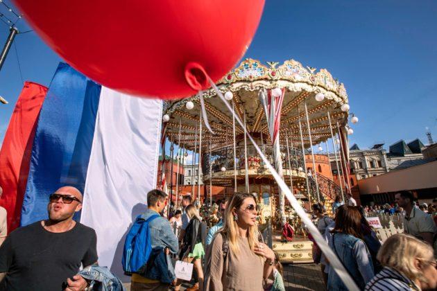 Moskovan kaupunki on järjestänyt lauantaisin vaihtoehtoista ohjelmaa mielenosoituksille: konsertteja ja šašlikjuhlia. 24. elokuuta vietettiin Venäjän lipun juhlaa. Mielenosoituksille ei annettu lupaa.