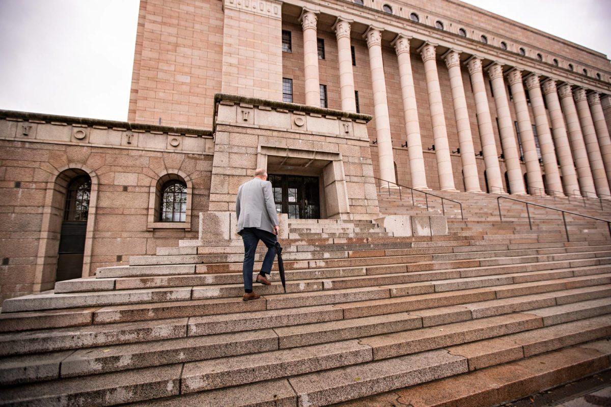 Timo Haapala menee Eduskuntataloon eteläpäädyn sisäänkäynnistä, kuten kaikki median edustajat.