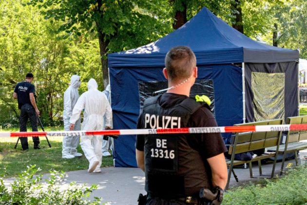 Poliisin rikospaikkatutkijat tutkivat paikkaa, jossa turvapaikkaa Saksasta hakenut tšetšeenimies murhattiin 23. elokuuta.