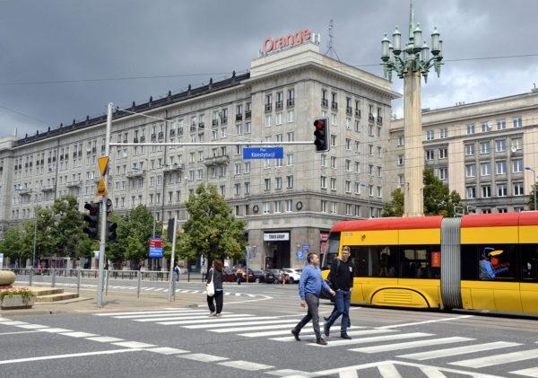 Jalankulkijoita Puolan pääkaupungissa Varsovassa. Kuvituskuva.