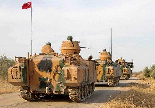 Turkin armeijan miehistönkuljetusvaunut ohittivat Tukharin kylän Pohjois-Syyriassa 14. lokakuuta.