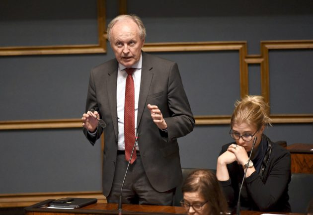 Sdp:n kansanedustaja Aki Lindén puhuu eduskunnan täysistunnossa Helsingissä 13. kesäkuuta 2019. Vieressä istuu puoluekollega Niina Malm.