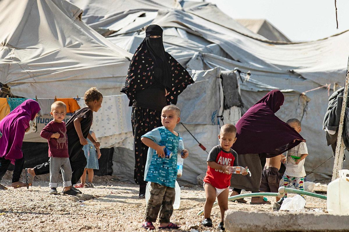 Isis-taistelijoiden perheenjäseniä al-Holin leirillä Syyriassa 17. lokakuuta.