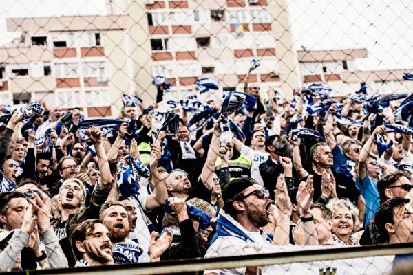 Huuhkajien uskollisimmat kannattajat valmistautuvat Bosnia-otteluun Zenican stadionilla.
