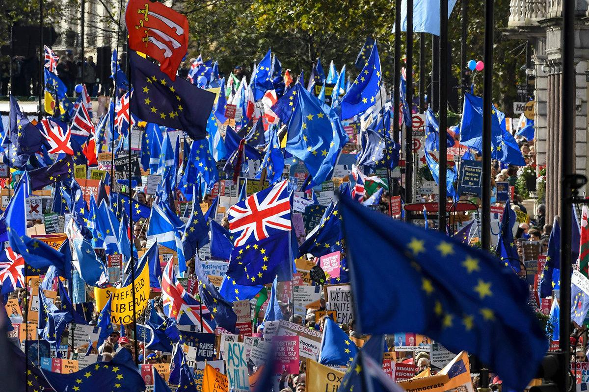 Uutta brexit-kansanäänestystä vaativat mielenosoittajat marssivat Lontoossa 19. lokakuuta.