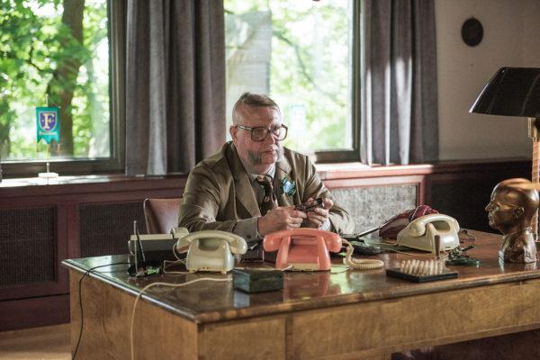 Kari Väänänen näyttelee Fingerpori-elokuvassa kaupunginjohtaja Homeliusta.