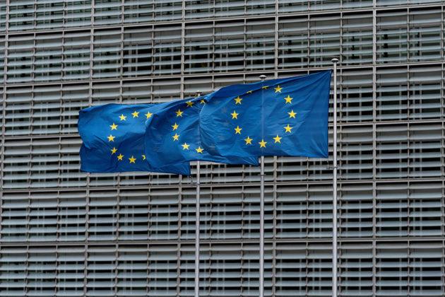 EU-liput liehuvat EU-komission rakennuksen edustalla Brysselissä.