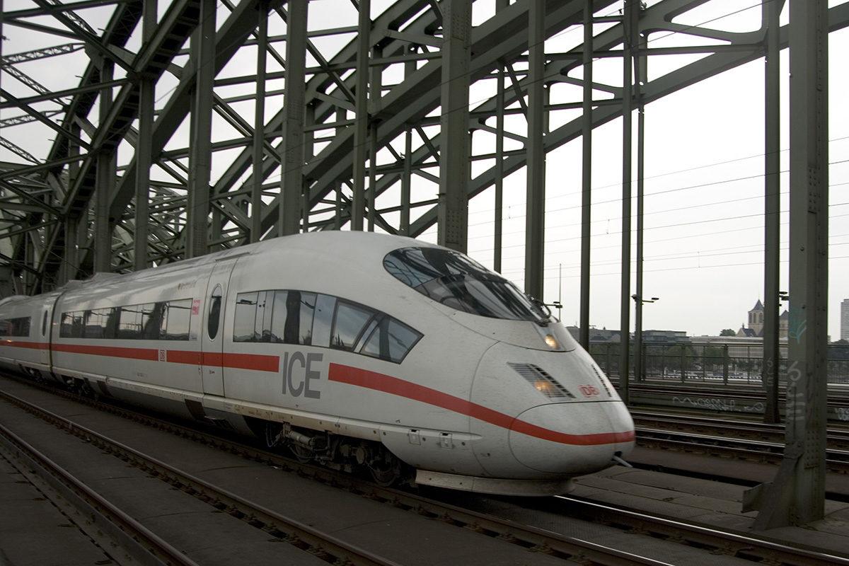 Deutsche Bahnin ICE-juna Kölnin rautaiteasemalla.