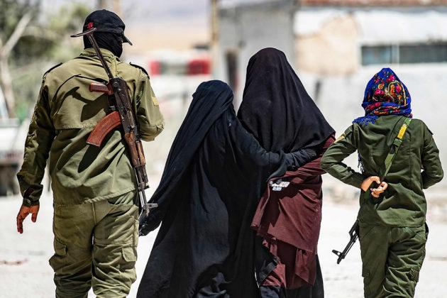 Turvallisuusjoukkojen partio saattoi Isis-taistelijoiden vaimoina pidettyjä naisia al-Holin leirillä Syyriassa heinäkuussa 2019.