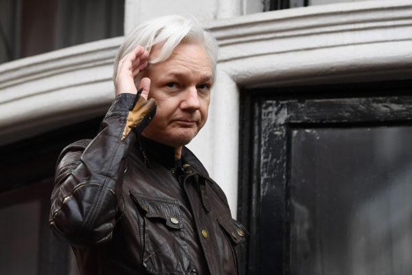 Julian Assange Ecuadorin Lontoon-suurlähetystön parvekkeella toukokuussa 2017.