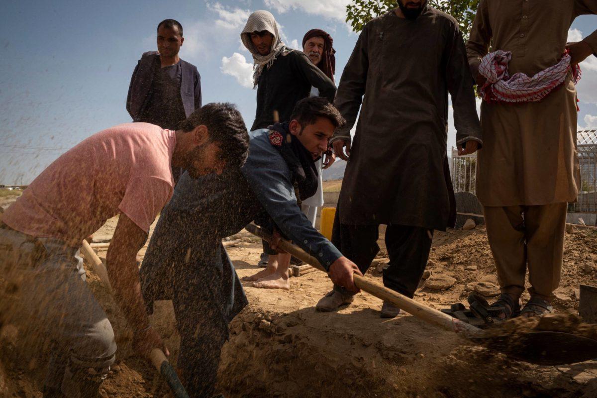 Ahmad Fawad (vas.) kaivaa hautoja Azizin perheelle, jonka on tuntenut lapsuudesta saakka. Perheenjäsenistä kahdeksan kuoli, kun Isis teki itsemurhaiskun hääjuhliin Kabulissa 18. elokuuta.