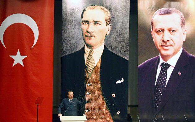 Pääministeri Erdoğan AKP-puolueen tilaisuudessa vuonna 2011. Taustalla kuva Turkin tasavallan perustajasta Kemal Atatürkista.