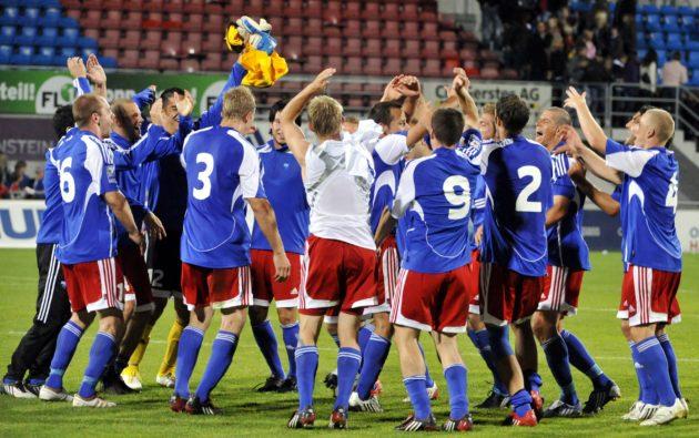 Liechtensteinin joukkue juhlii 1-1-tasapeliä kuin voittoa jalkapallon MM-karsintaottelussa Liechtenstein - Suomi Vaduzissa 9. syyskuuta 2009. Ottelussa oli lahjottu tuomari.