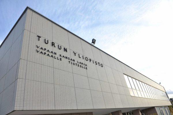 Turun yliopiston tunnuslause näkyy kauas yliopiston päärakennuksen seinältä.