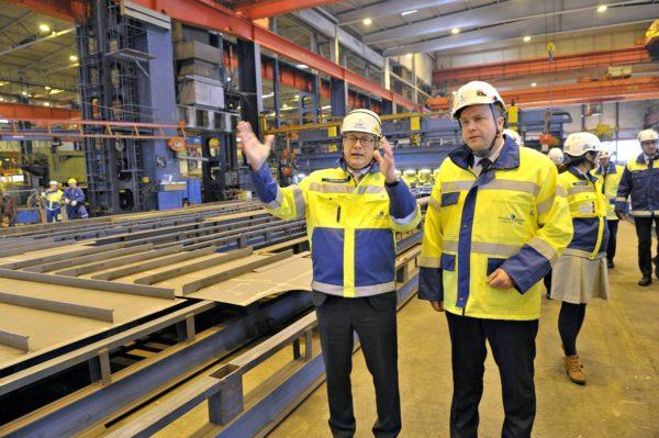 Puolustusministeri Antti Kaikkonen (kesk) ja toimitusjohtaja Jyrki Heinimaa Rauma Marine Constructionsin telakalla Raumalla 24. syyskuuta 2019.