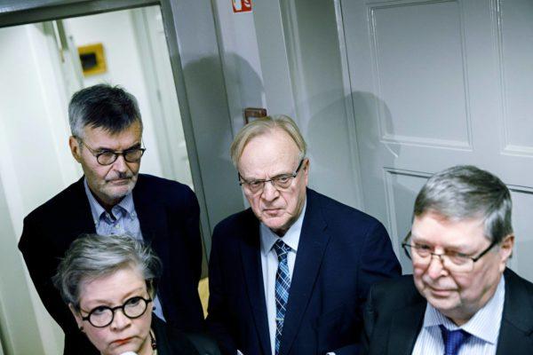 Ann Selin (edessä), Jukka Ahtela, Lauri Ihalainen ja Lasse Laatunen joutuivat 24. marraskuuta kertomaan, että taas yksi yritys ratkaista Postin kiista oli epäonnistunut.