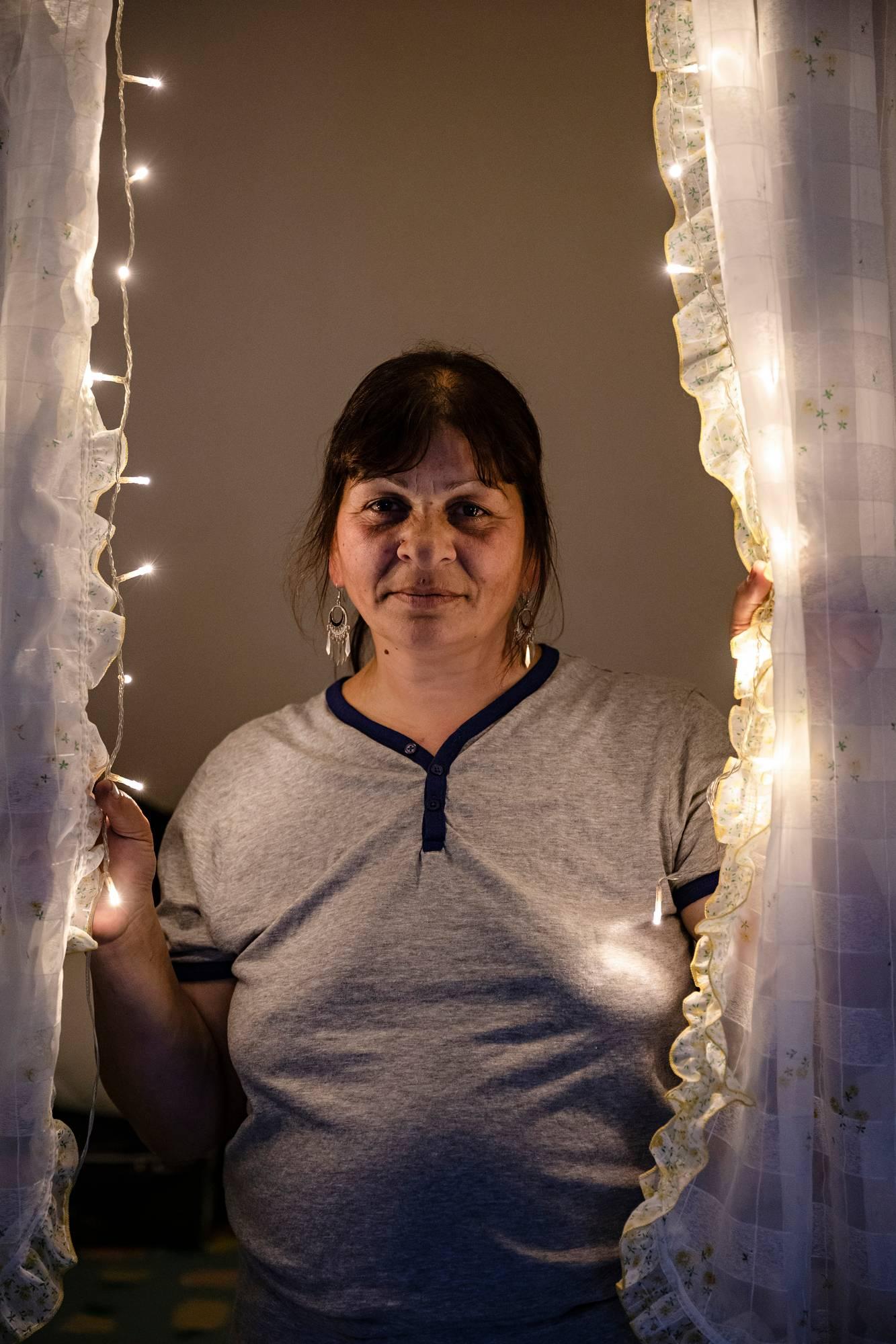 Elena Dima on löytänyt roskiksesta verhot ja toimivat jouluvalot, jotka hän on ripustanut alkovinsa eteen. Ennen hätämajoituksen avautumista hän yöpyi ulkona kuten muutkin. Metsään Dima ei kuitenkaan leiriytynyt, sillä hän pelkää pimeää.