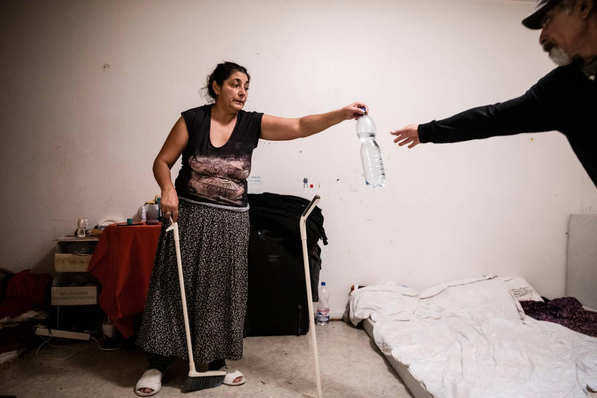Maria Borcoilla on astma ja Georgel Borcoilla diabetes. Lääkkeet on hankittu Romaniasta, ja ne loppuvat kohta. Pariskunta odottaa, että mahtuu muutaman viikon sisällä autokyytiin, jolla pääsee kotiin. Borcoit viettävät Romaniassa kuukauden, sitten on aika palata Suomeen ansaitsemaan.